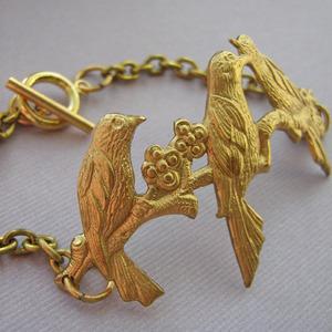 Birds Of A Feather Bracelet por £14.99