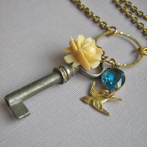 Memento Vintage Key Necklace por £17.99