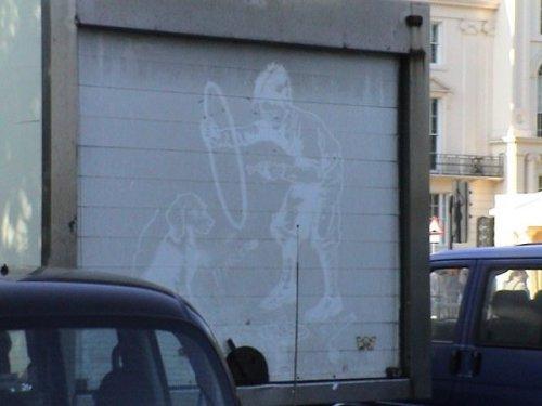 Reverse Graffiti em traseira de caminhão em Londres.