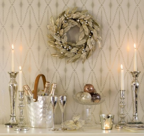 Christmas-mantelpiece--classical--Ideal-Home