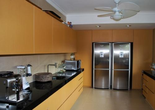 cozinha-com-eletrodomestico-inox-geladeira-fogão-coifa-microondas-cafeteira-freeezer