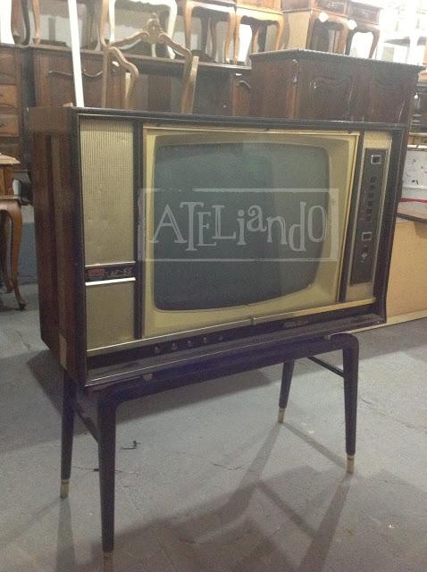 TV antiga sendo customizada por Ateliando no Tempo (2) copy